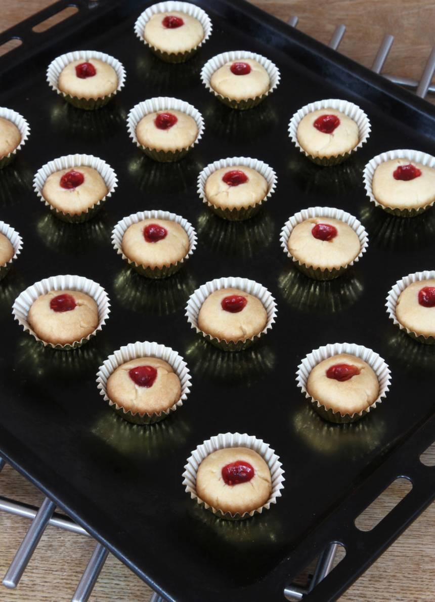 5. Grädda kakorna mitt i ugnen i 14–16 min. Låt dem svalna på plåten. Förvara kakorna i en burk med tättslutande lock.