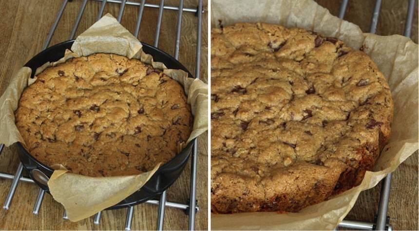 5. Grädda kakan längst ner i ugnen i 34–38 min. Låt den svalna i formen. Pudra över lite florsocker före servering. Ät kakan som den är eller servera med vispad grädde eller vaniljglass.