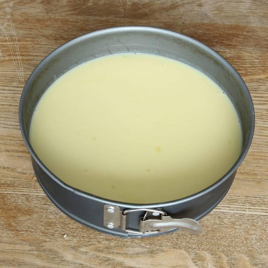 5. Häll pannacottan på smulbottnen och ställ den i kylen för att stelna i några timmar.