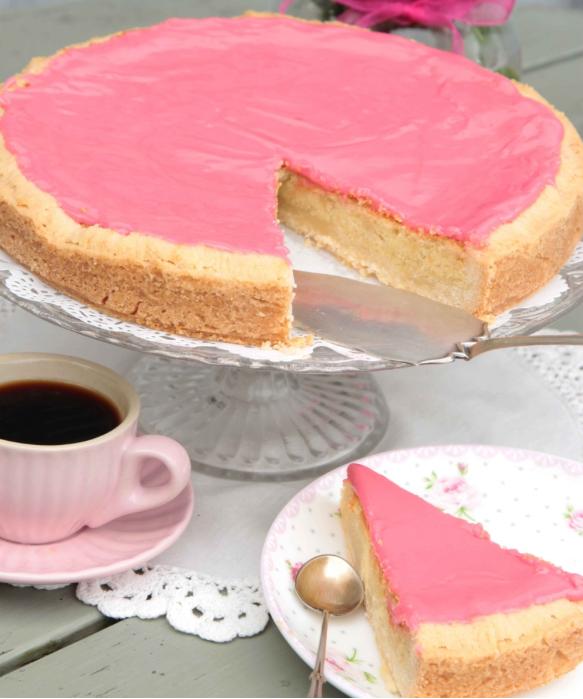 Baka en lyxig & lättgjord mazarinkaka med hallonglasyr – klicka här för recept!
