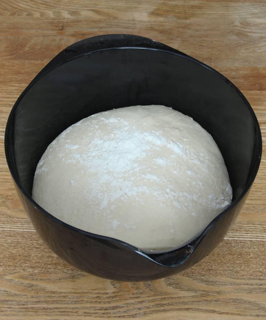 1. Smula ner jästen i en bunke och lös upp den med mjölken. Tillsätt smör, strösocker, salt och vetemjöl, lite i taget. Rör ihop allt till en smidig deg. Strö lite mjöl över ytan och låt den jäsa under bakduk i ca 40 min.