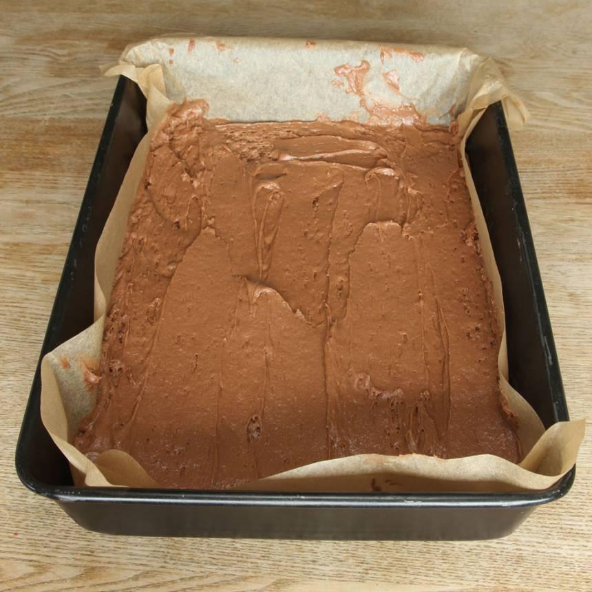 2. Häll smeten i en smord och bröad form, ca 22 x 35 cm.