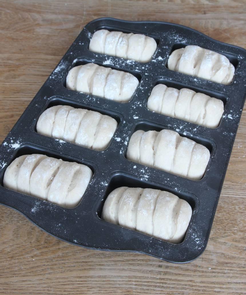 3. Lägg bröden i en smord form för minilimpor (eller på en plåt med bakplåtspapper). Låt dem jäsa under bakduk i ca 30 min. Sätt ugnen på 250 grader.