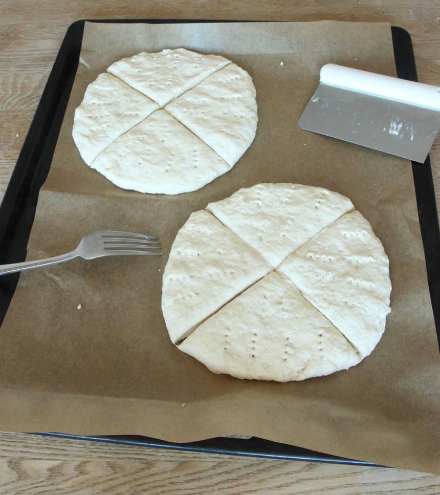 3. Skär varje kaka i 4 bitar och nagga med en gaffel.