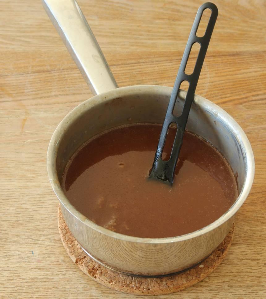 4. Kolaglasyr: Smält smöret i en kastrull. Tillsätt resten av ingredienserna och låt det koka upp under omrörning. Sjud blandningen på svag värme i 18–20 min.
