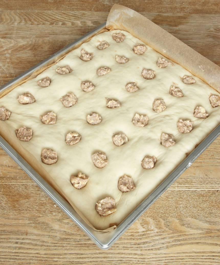 5. Tryck ner en bit fryst smörfyllning i varje hål.