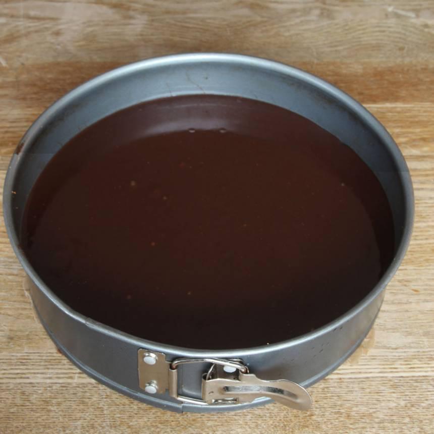 5. Tryck till kanterna lite på bottnen om de pekar inåt efter gräddningen. Häll fudgen på chokladbottnen och låt den stelna i kylen. Sikta över lite florsocker före servering. Servera gärna kakan med vispad grädde.