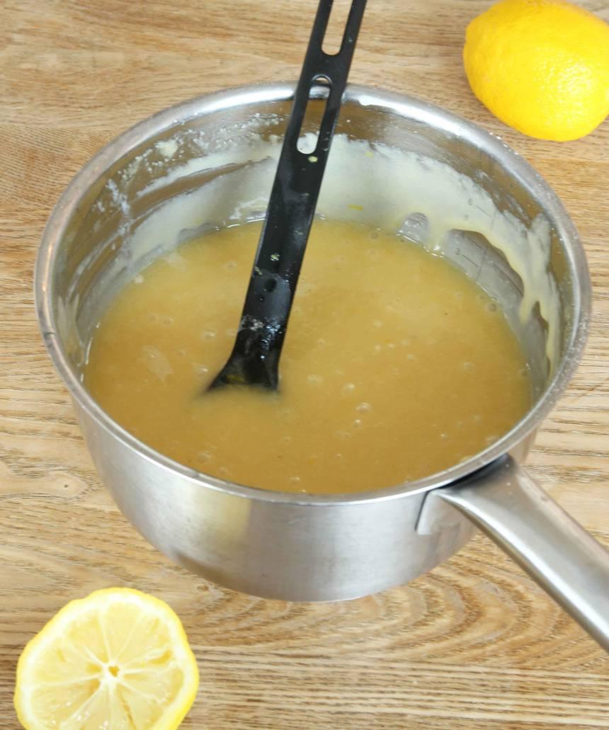 1. Sätt ugnen på 175 grader. Tvätta citronen och torka den torr. Riv skalet fint och pressa ut 1–2 msk saft. Smält smöret i en kastrull. Ta bort den från värmen och tillsätt alla ingredienserna. Rör ihop allt till en slät smet.