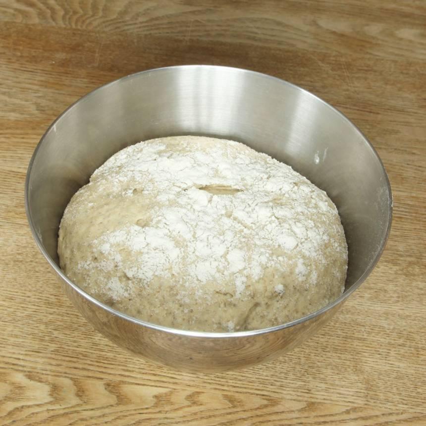 1. På kvällen: Smula ner jästen i en bunke och lös upp den i mjölken. Tillsätt salt, rapsolja, sirap, rågmjöl och vetemjöl, lite i taget. Blanda ihop allt till en smidig deg och knåda den kraftigt i några minuter så att glutentrådarna blir starka och brödet luftigt och saftigt. Låt degen jäsa under bakduk i ca 30 min.