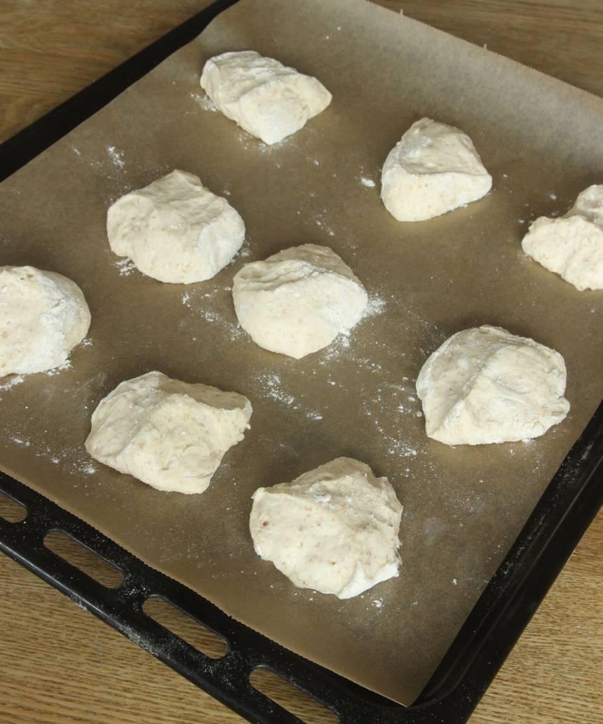 3. Lägg bröden på en plåt med bakplåtspapper. Låt bröden jäsa under bakduk i ca 25 min. Sätt ugnen på 250 grader.