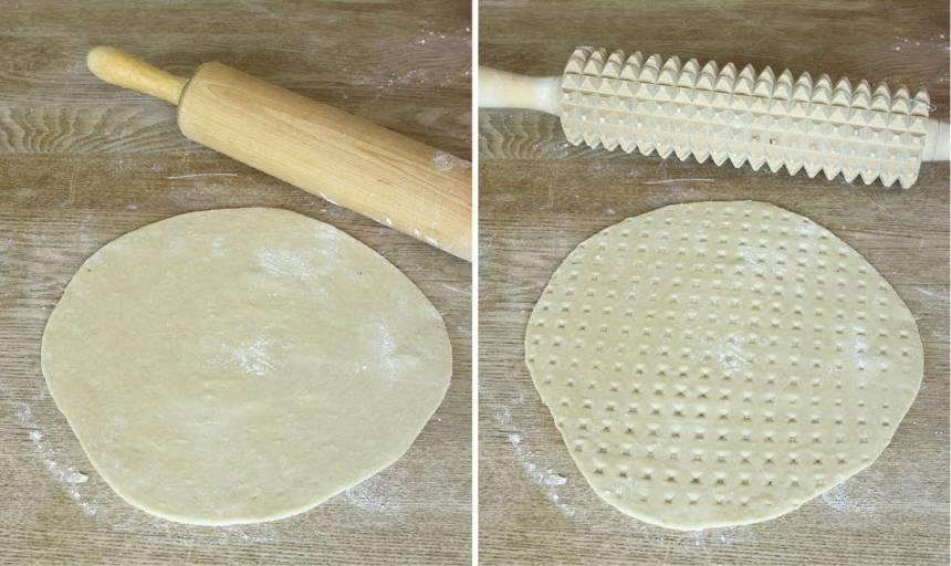3. Rulla degbitarna till bollar och kavla ut dem till tunna rundlar, 3–4 mm, på ett mjölat bakbord. Kör sista varvet med en kruskavel så att det inte bildas luftbubblor under gräddningen.