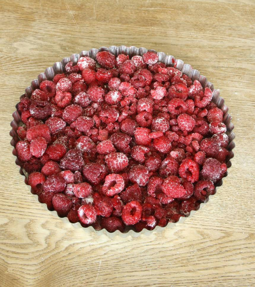 1. Sätt ugnen på 225 grader. Blanda hallon med potatismjöl och strösocker och bred ut dem i en smörd pajform, ca 24–26 cm i diameter.