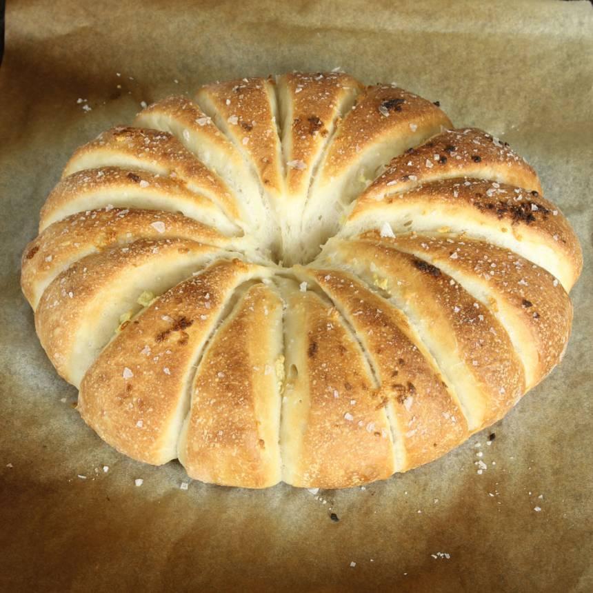 3. Grädda brödet mitt i ugnen i 13–15 min. Låt det svalna på ett galler.