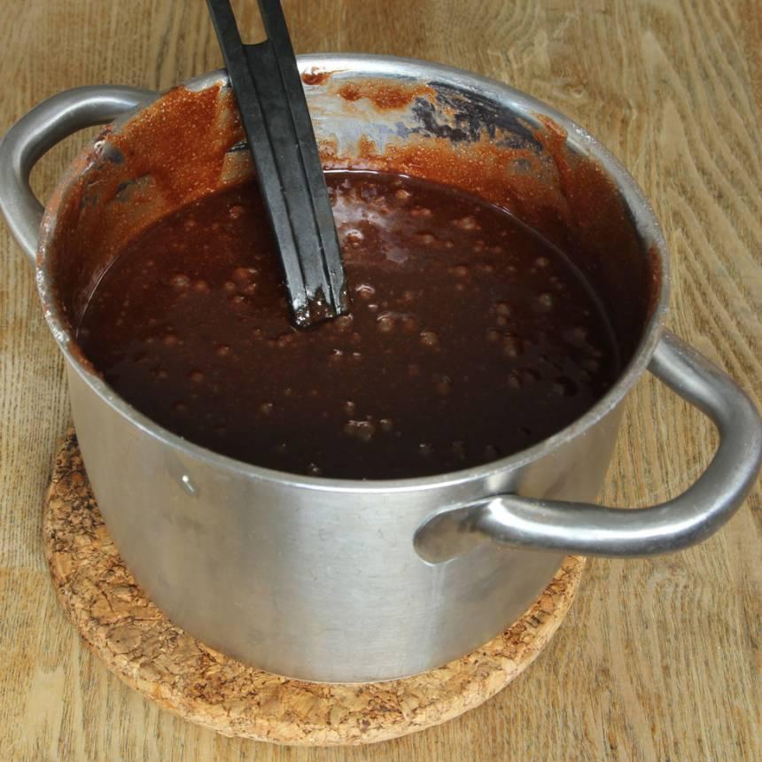 1. Sätt ugnen på 180 grader. Smält smöret i en stor kastrull. Tillsätt strösocker och blanda. Rör ner vaniljsocker, salt och kakao. Blanda sist i vetemjölet och äggen och rör om till en slät smet.