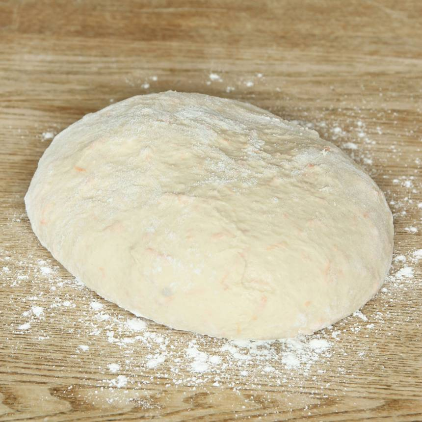 1. Smula ner jästen i en bunke. Tillsätt mjölken och blanda tills jästen lösts upp. Tillsätt salt, olja, morötter och vetemjöl, lite i taget. Blanda ihop allt till en smidig deg och knåda den i några minuter. Forma degen till en slät boll och strö över lite mjöl.