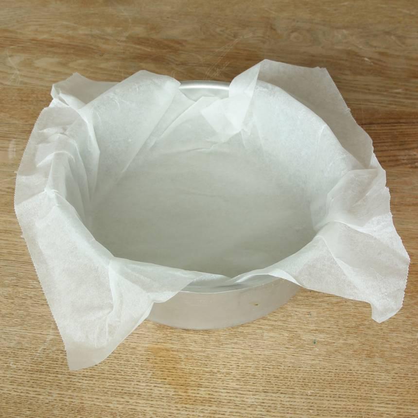 1. Sätt ugnen på 180 grader. Klä en rund form, ca 20 cm i diameter med bakplåtspapper.