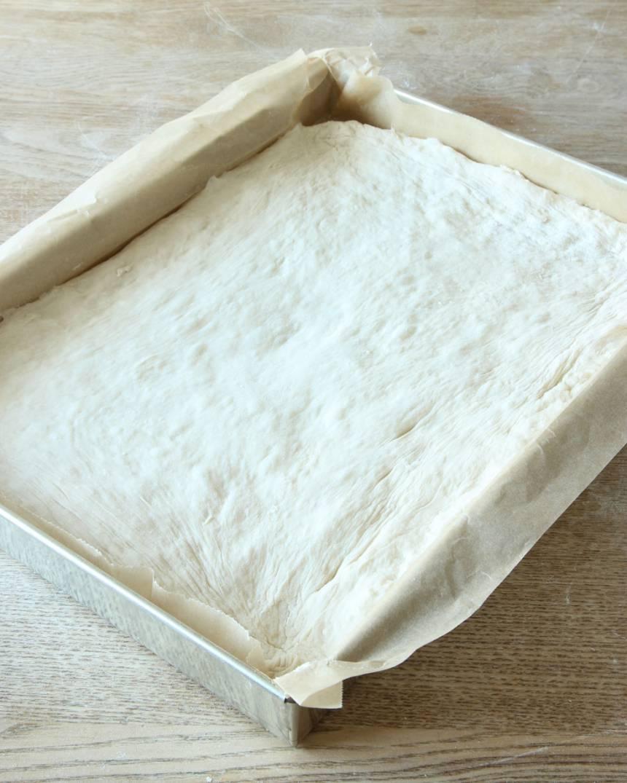 2. Platta ut degen i en långpanna, ca 25 x 35 cm, klädd med bakplåtspapper.