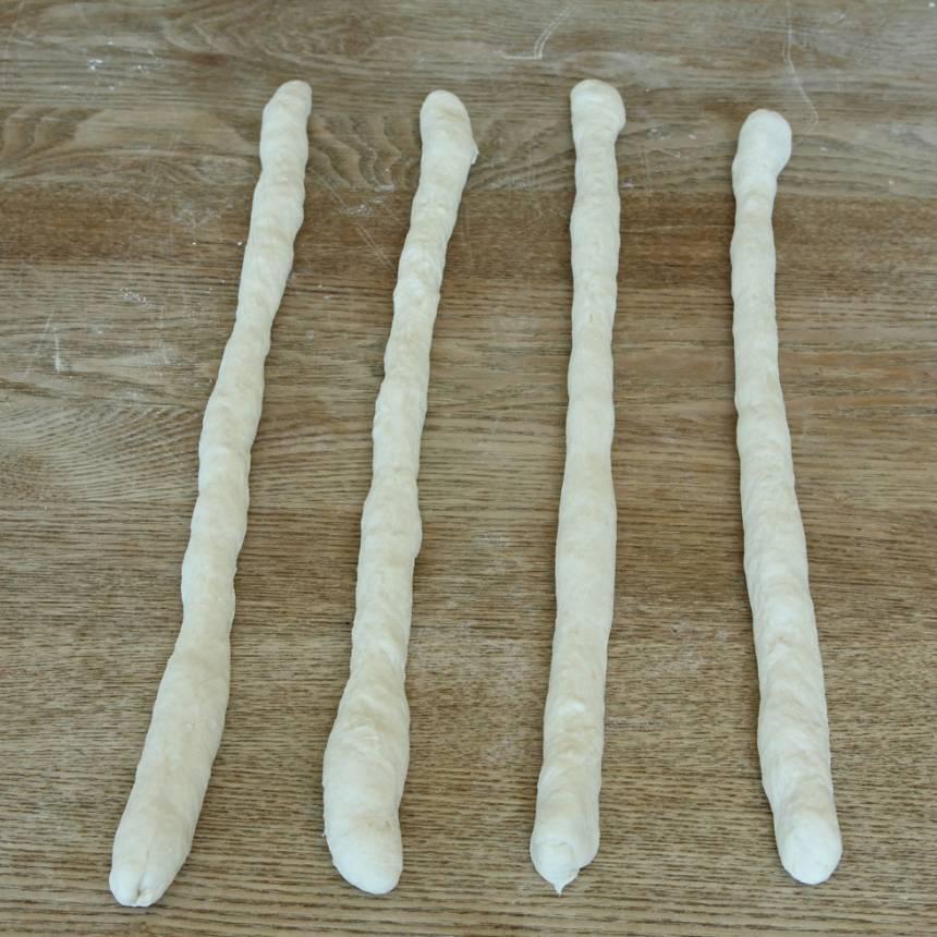 3. Rulla degbitarna till längder, 25–30 cm.