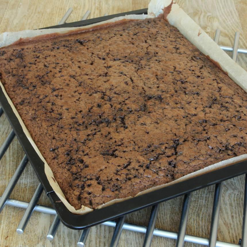 3. Grädda kakan längst ner i ugnen i 32–38 min beroende på hur kladdig du vill ha den. Låt den kallna i formen.
