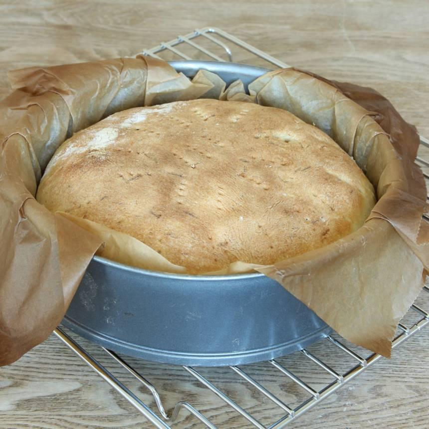 4. Sänk värmen till 225 grader och grädda brödet mitt i ugnen i 13–15 min.