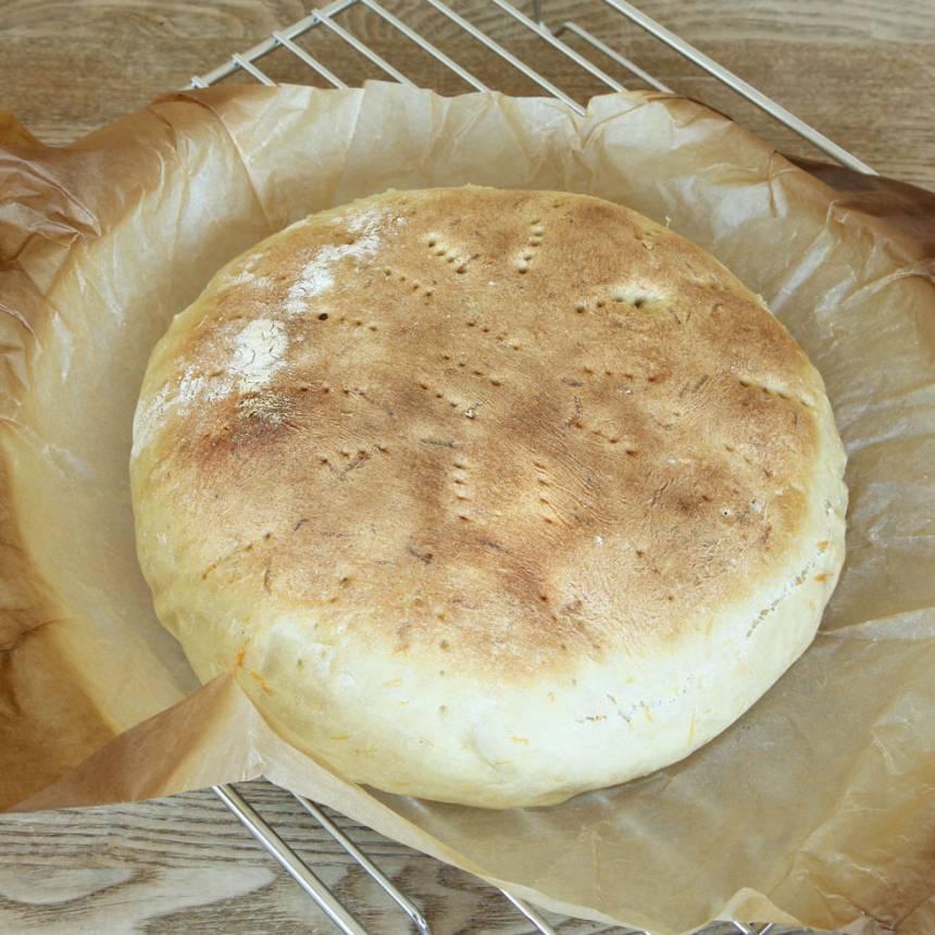 5. Lyft upp brödet ur formen, i papperet och låt det svalna under en bakduk.