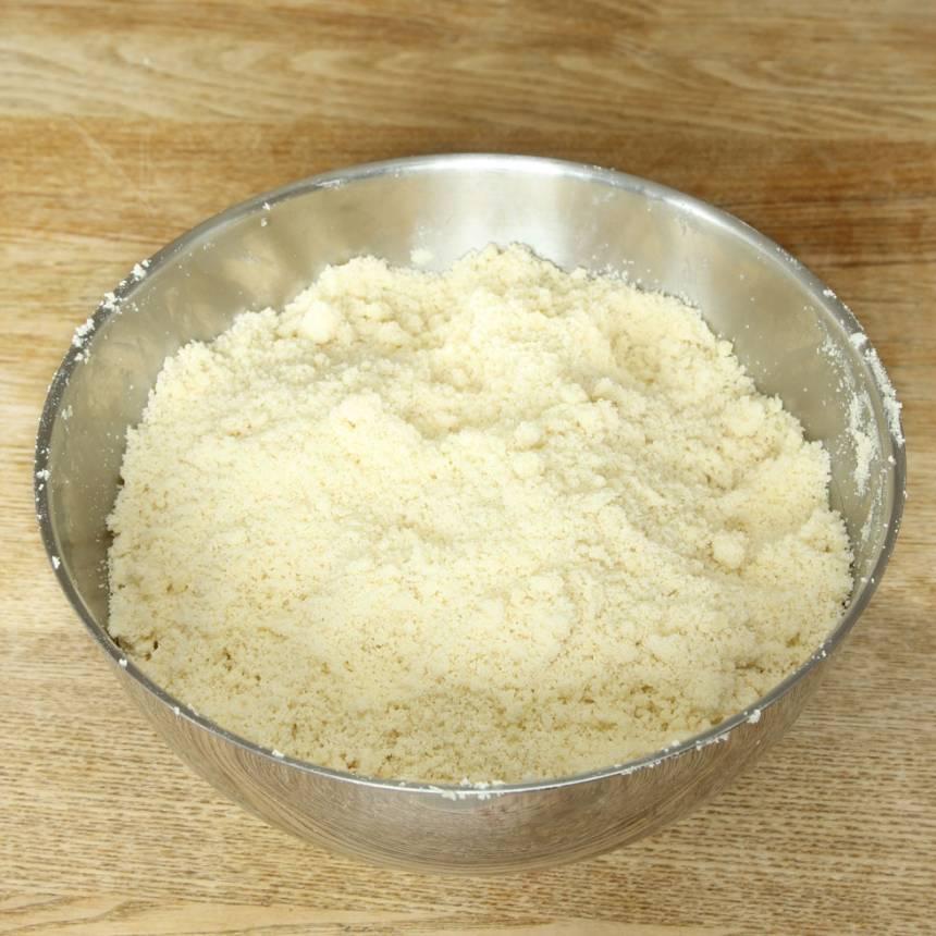 1. Sätt ugnen på 200 grader. Blanda strösocker, vetemjöl och bakpulver i en stor bunke. Tillsätt smöret och blanda ihop allt till en smuldeg.