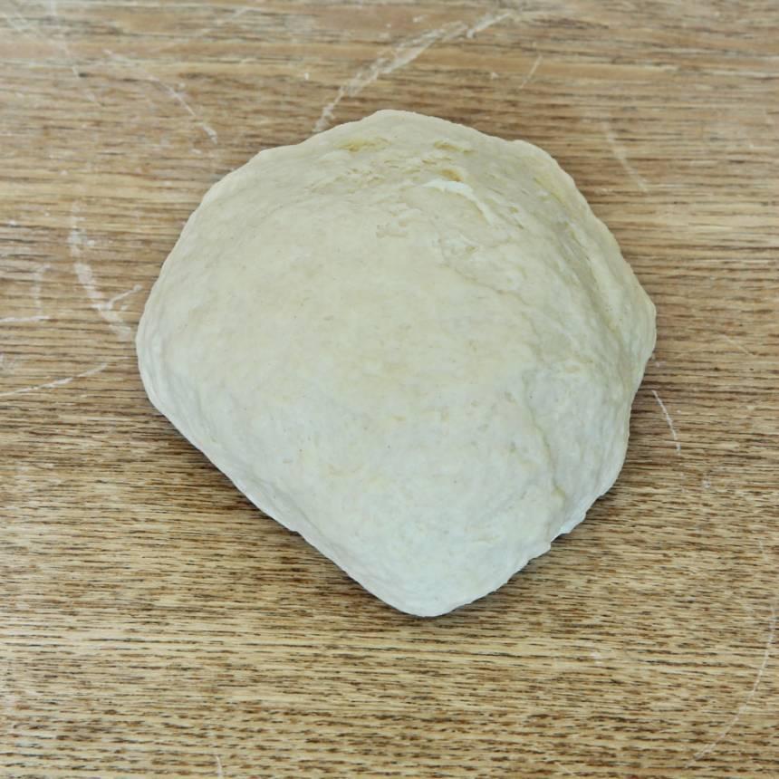 1. Nyp ihop smöret med de torra ingredienserna. Tillsätt filmjölken och blanda ihop allt till en deg.