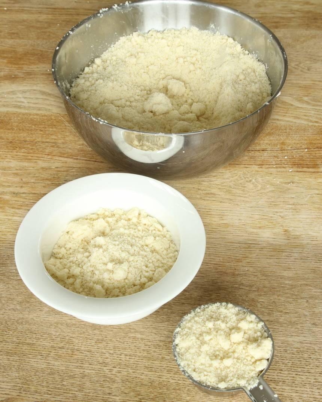2. Mät upp 3 dl smuldeg och lägg den i en annan bunke (detta ska strös över kakan).