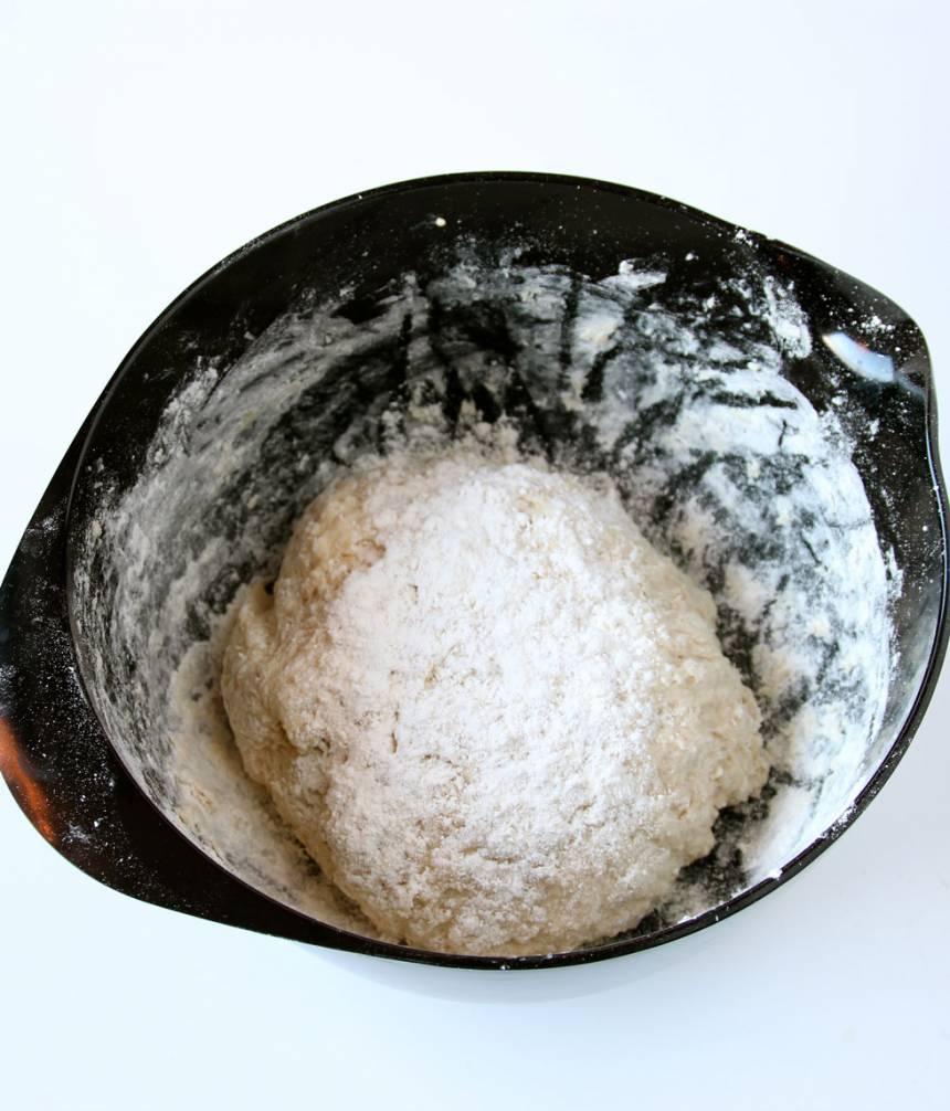 2. Smula ner jästen i en bunke. Tillsätt mjölken och blanda tills den lösts upp. Tillsätt gröten, salt och sirap med vetemjöl, lite i taget. Blanda ihop allt till en deg och knåda den i några minuter. Låt degen jäsa under bakduk i ca 45 min.