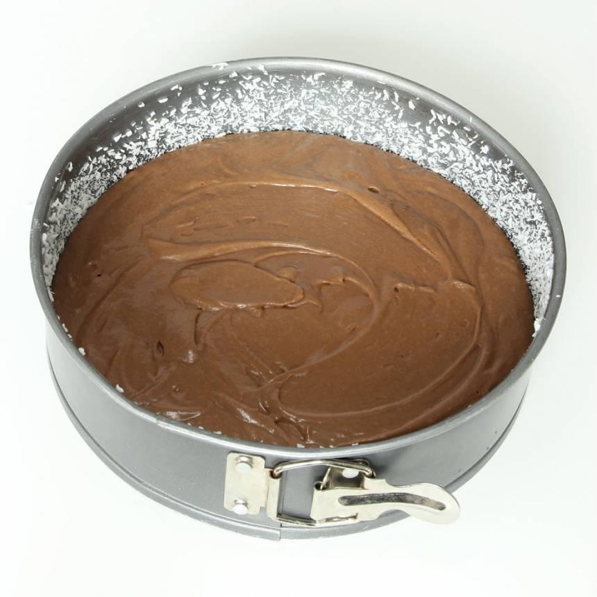 2. Häll smeten i en form med löstagbar kant, ca 24 cm i diameter.