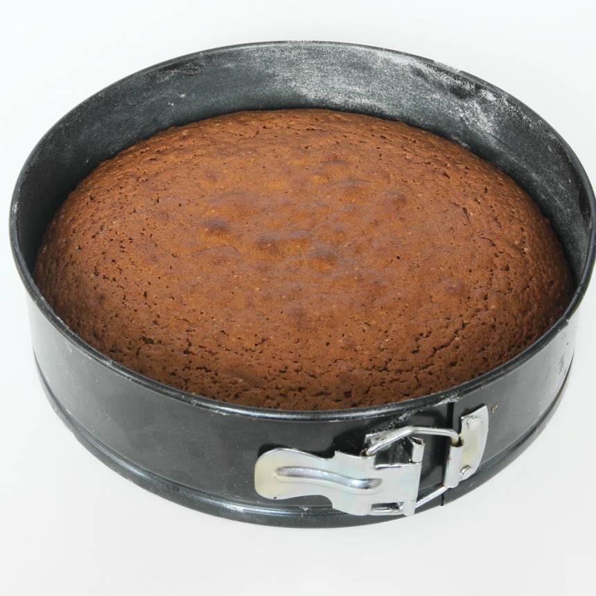3. Grädda kakan mitt i ugnen i 38–40 min. Låt den svalna i formen.