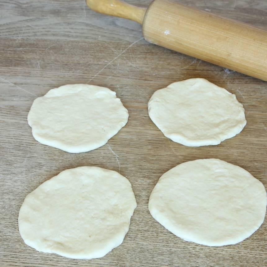 3. Kavla eller platta degbitarna till rundlar, ca ¾ cm tjocka.