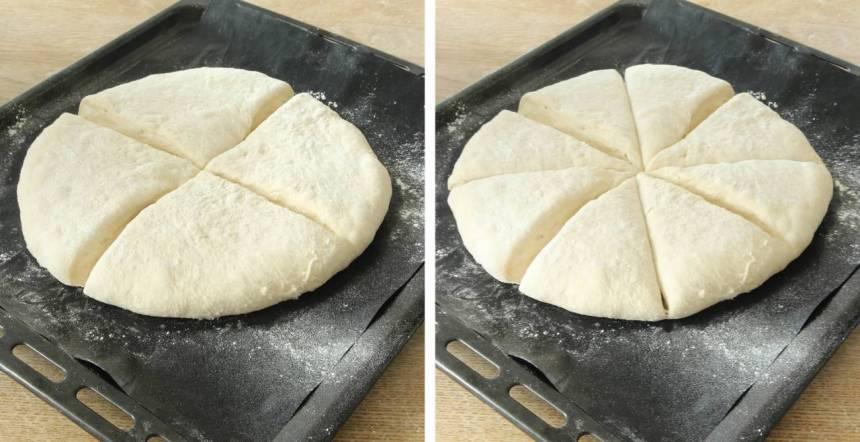 3. Dela degen i åtta tårtbitar. Låt degen jäsa under bakduk i ca 20 min. Sätt ugnen på 230 grader.