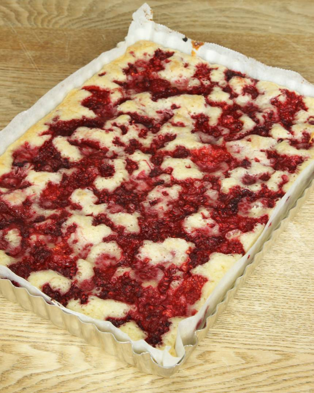 4. Grädda kakan mitt i ugnen i 24–30 min beroende på hur kladdig du vill ha den. Låt den svalna i formen. Pudra kakan med florsocker.