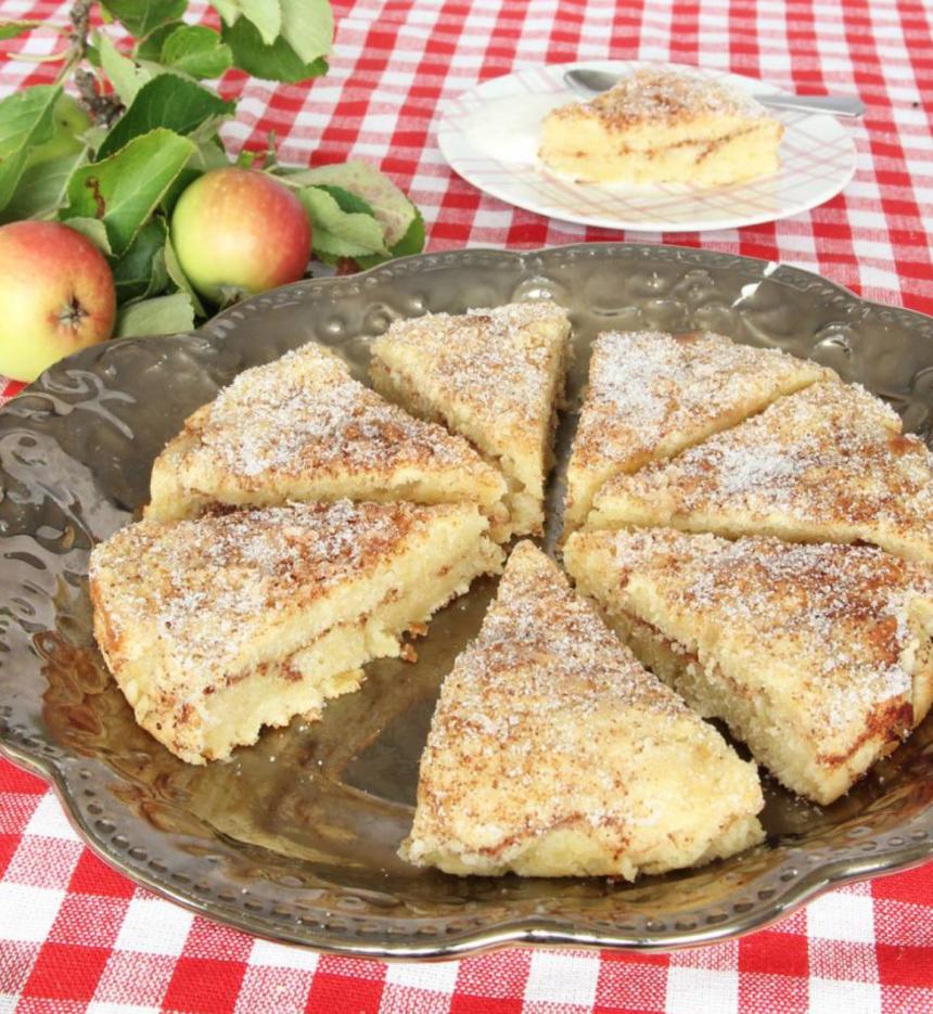 Supersaftig äppel-kanelbullekaka med rivna äpplen i smeten. http://lindasbakskola.se/appel-kanelbullekaka/