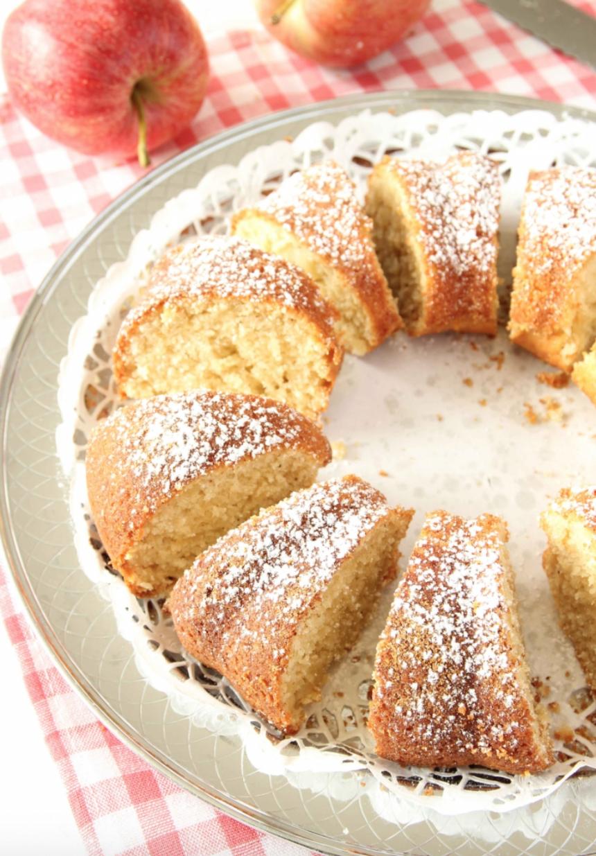 Saftig, populär och lättbakad äppelsockerkaka. http://lindasbakskola.se/appelsockerkaka-med-kanel/