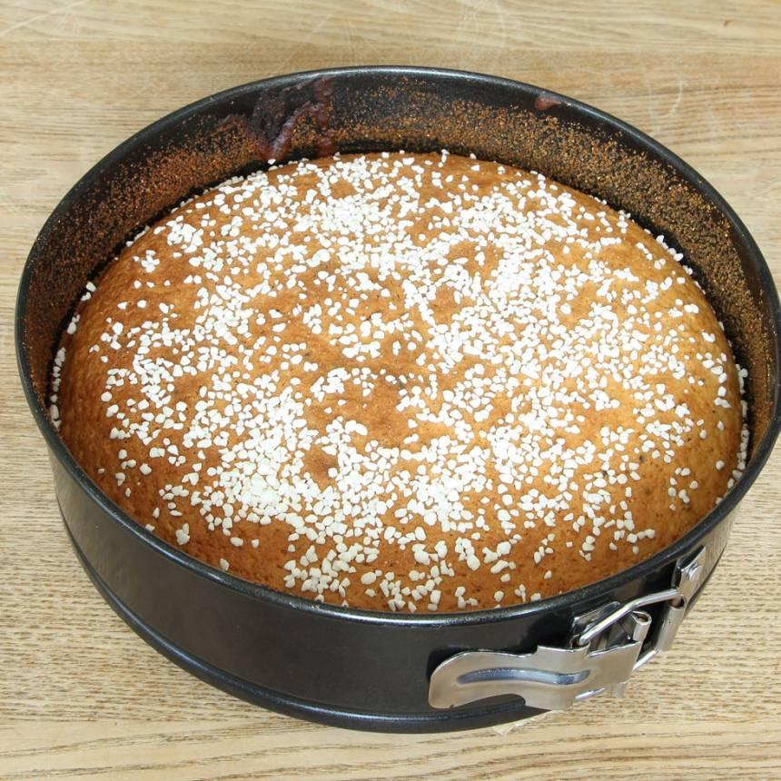 3. Grädda kakan längst ner i ugnen i ca 45 min. Låt den svalna i formen.