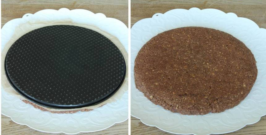 3. Tag bort kanten på formen och stjälp över kakan på en tallrik. Ta bort pappret och bottnen.