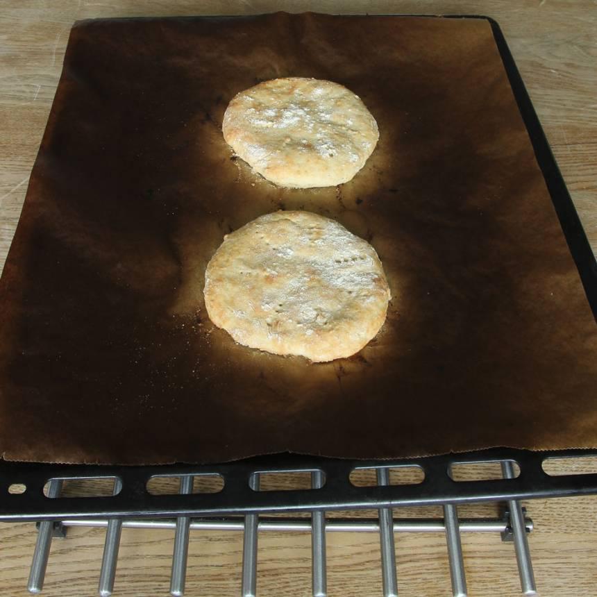 4. Sänk värmen till 230 grader och grädda dem mitt i ugnen i 11–14 min. Låt dem svalna på plåten.
