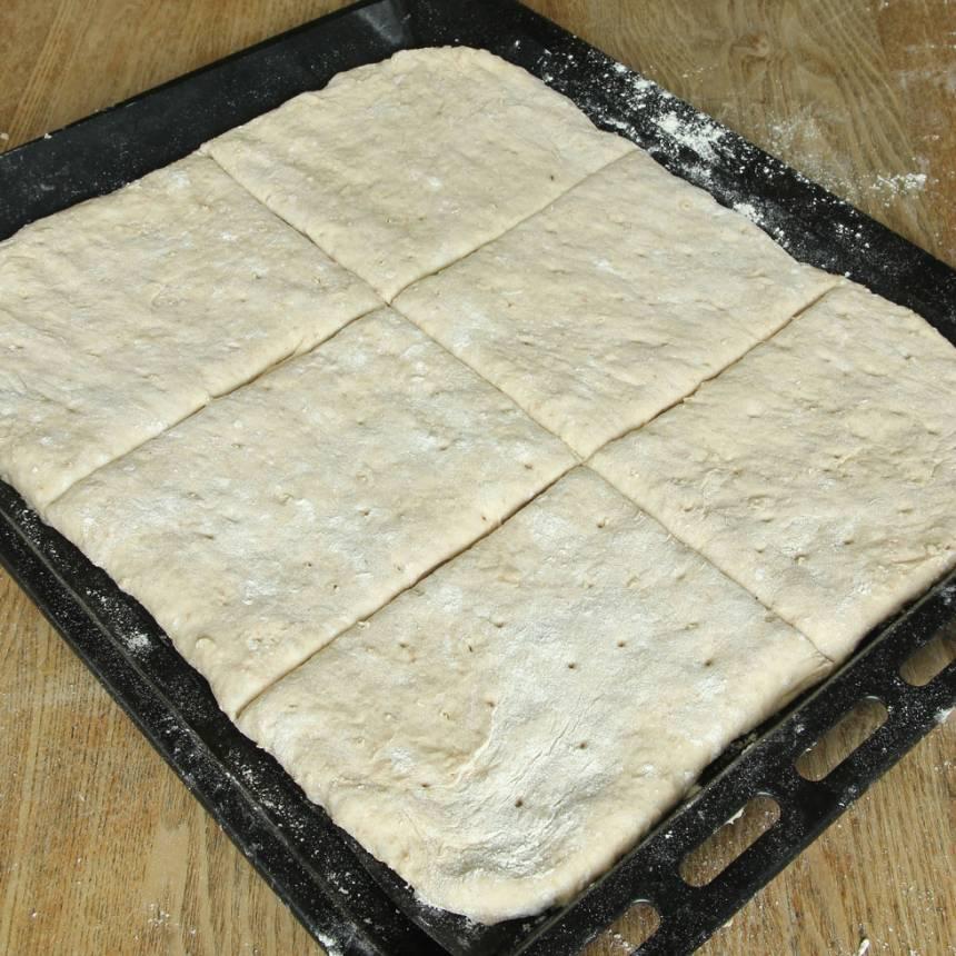 5. Dela båda degplattorna i sex rutor. Låt dem jäsa under bakduk i ca 30 min. Sätt ugnen på 250 grader.