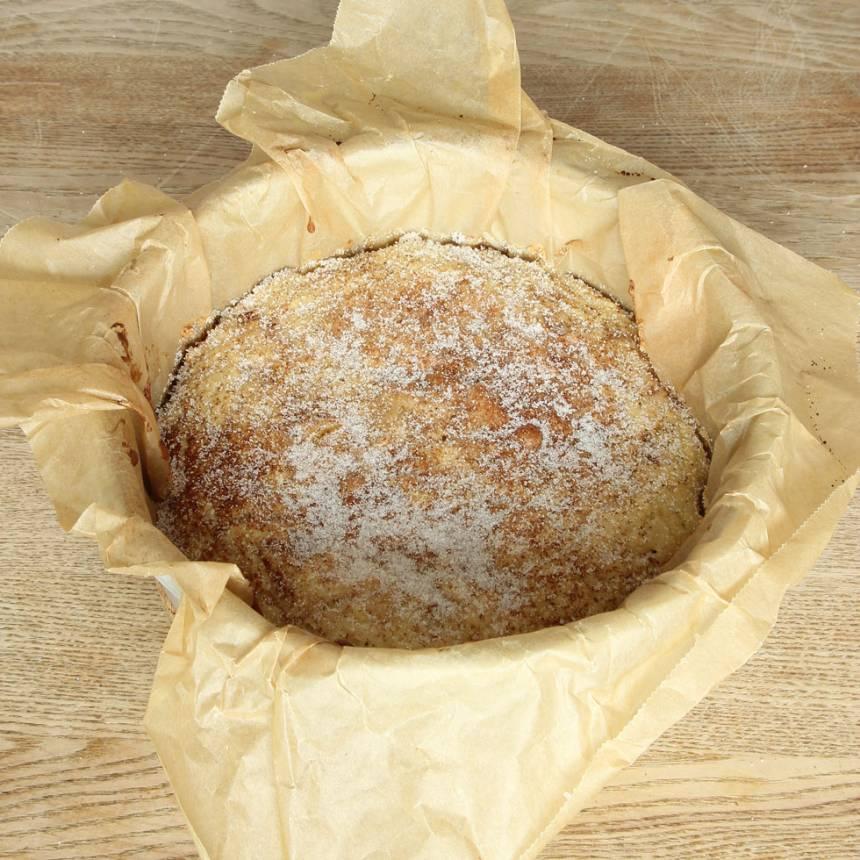 6. Grädda kakan mitt i ugnen i 28–30 min. Låt den svalna i formen. Lyft sedan upp kakan med papperet och bjud på fika eller packa ner den i picknickkorgen. Servera gärna kakan med vaniljsås, vispgrädde eller vaniljglass. Men den är också god att äta som den är.