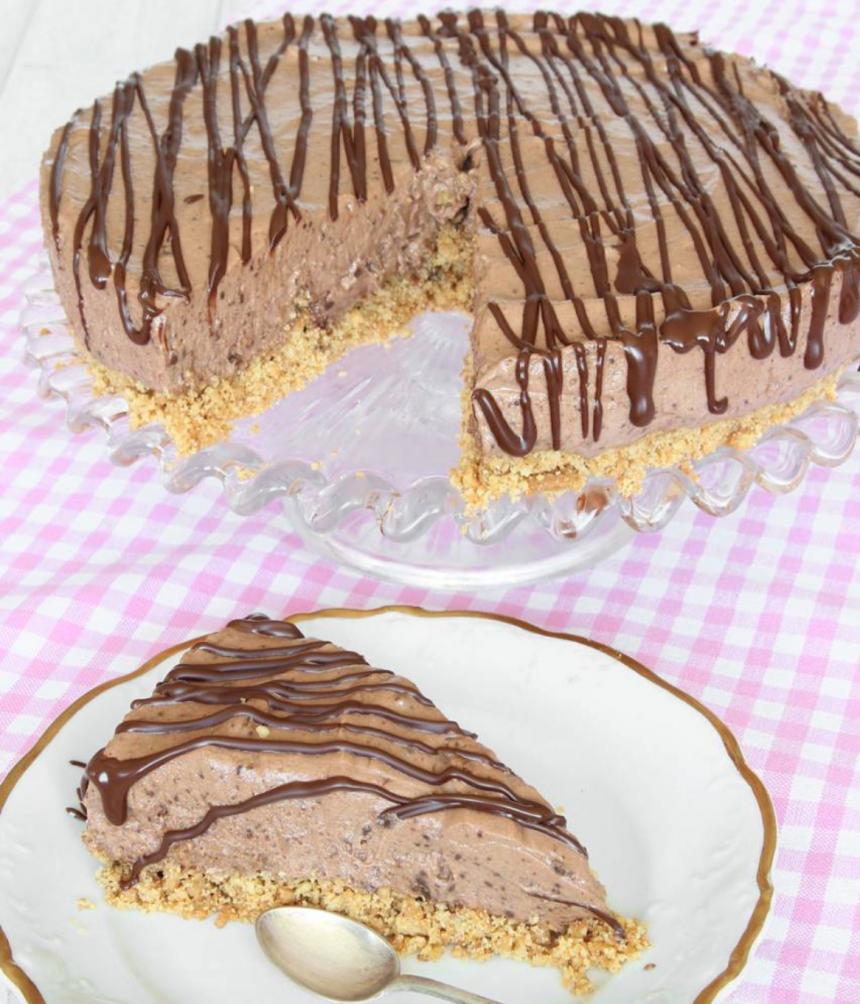 Ljuvligt god och krämig chokladmoussetårta med en smulig Digestivebottnen – lika god som på konditori! Klicka här för recept!