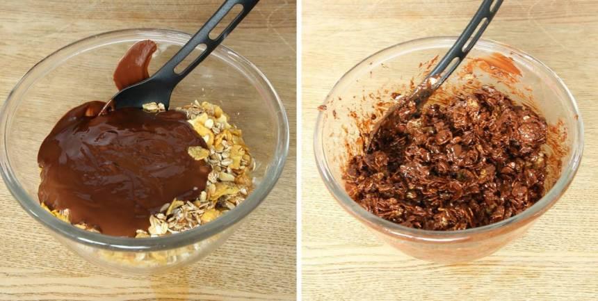 3. Häll chokladen över müslin och blanda.