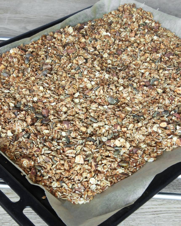 4. Grädda müslin mitt i ugnen i 35–45 min. Rör om var 5:e minut så müslin inte bränns. När müslin är torr och knaprig och har svalnat kan du blanda i valfri smaksättning om du vill.