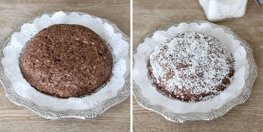 4. Stjälp upp chokladbollsdegen på ett fat. Strö över kokos och tryck till lite så det fastnar i smeten. Skär tårtan i bitar.