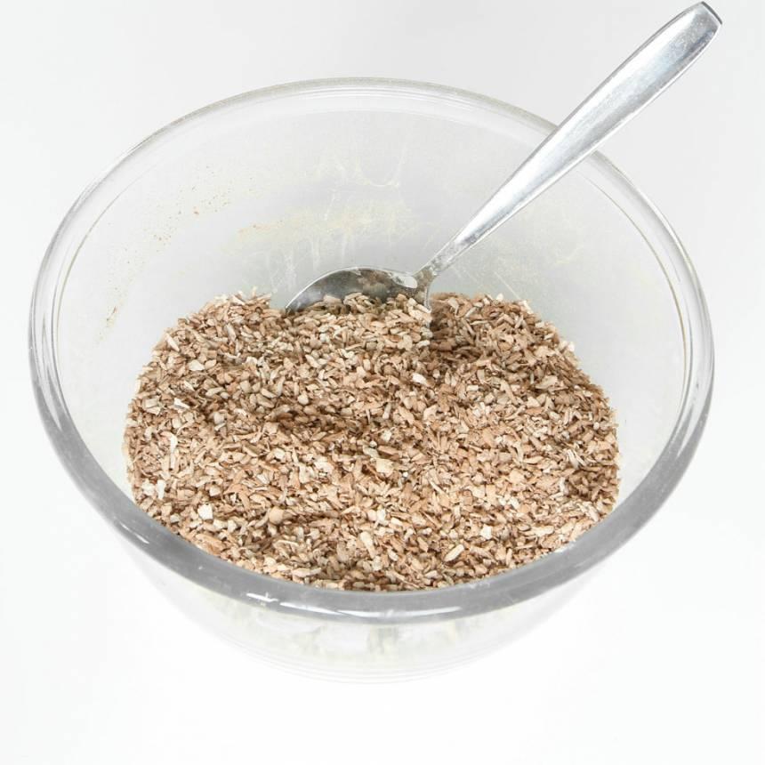 4. Garnering: Blanda kokos, kakao och vaniljsocker i en skål.
