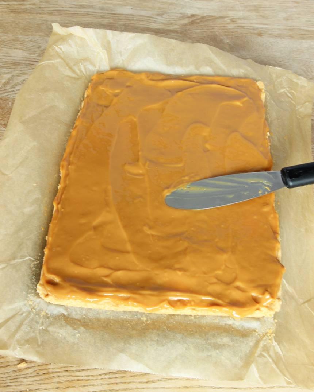 4. Bred ut den karamelliserade mjölken på kakan. Ställ den i frysen i 30–45 min.