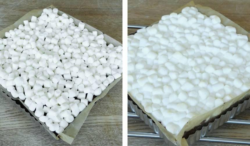 4. Ta ut kakan och sprid ut en påse minimarshmallows över den. Grädda kakan i ytterligare 5 min. Låt den svalna i formen.