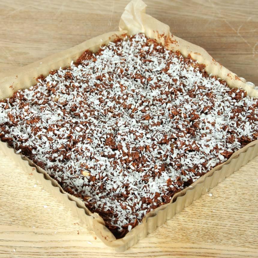 5. Strö över lite kokos. Låt chokladen stelna (gärna i kylen). Bryt kakan i bitar.