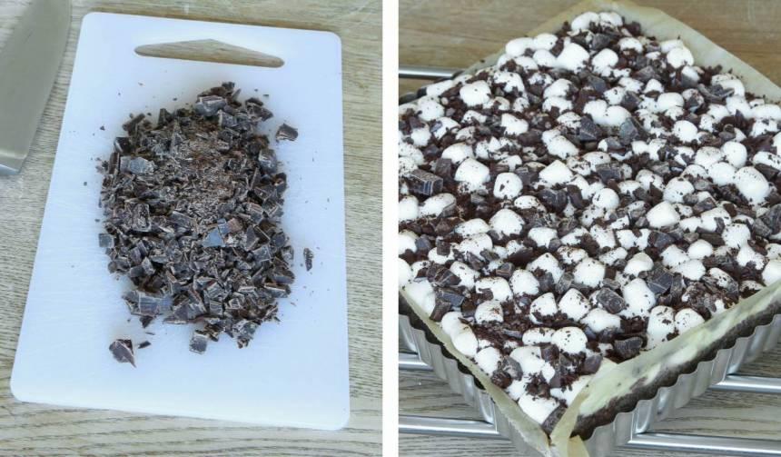5. Strö över hackad choklad när kakan fortfarande är ljummen så chokladen smälter fast på marshmallowsen. Låt kakan stå övertäckt i kylskåpet i några timmar. Det är lättare att skära snygga bitar om kakan är kylskåpskall.